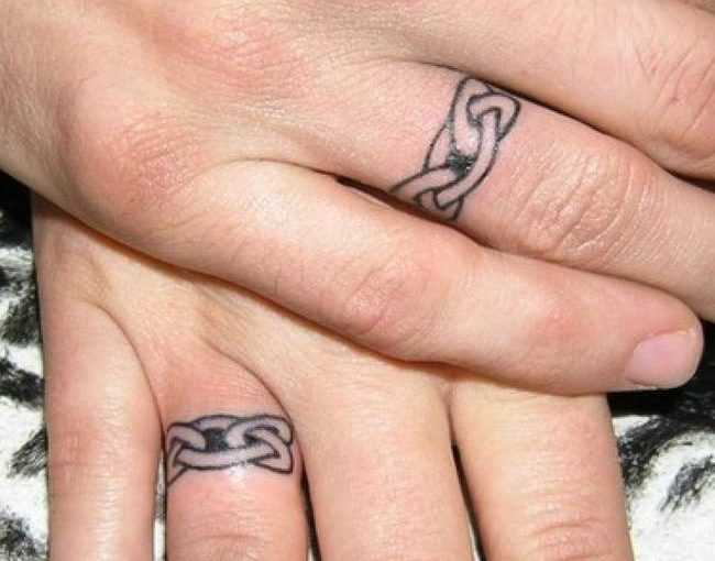 Anillo de compromiso tatuado